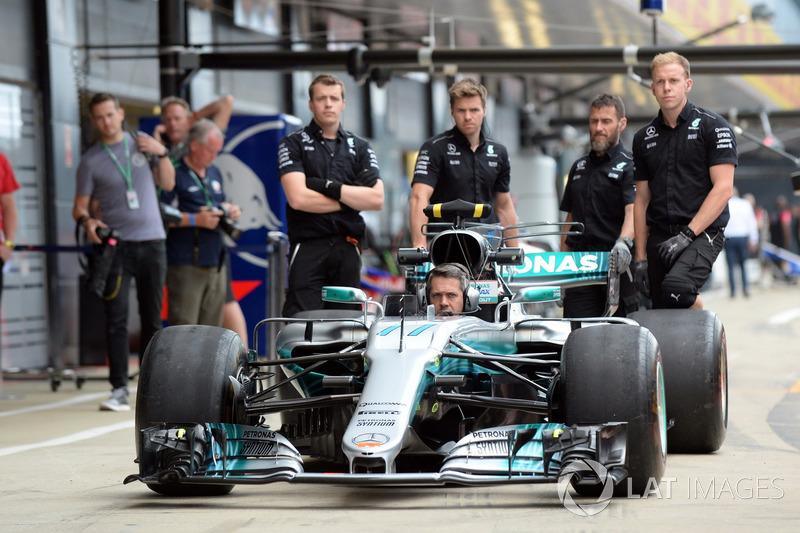 Механіки Mercedes AMG F1 тренують піт-стопи