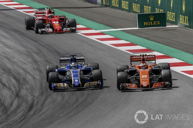 Stoffel Vandoorne, McLaren MCL32 ve Marcus Ericsson, Sauber C36