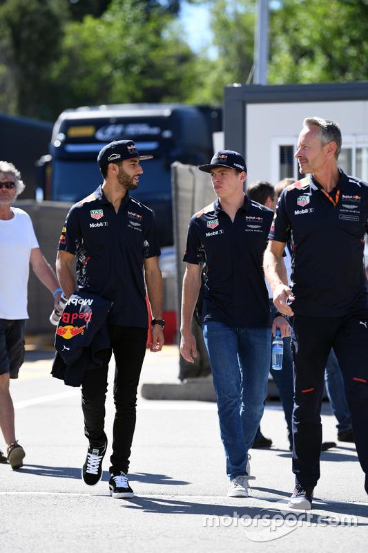 Гонщики Red Bull Racing Даниэль Риккардо и Макс Ферстаппен; менеджер Red Bull Racing Джонатан Уитли