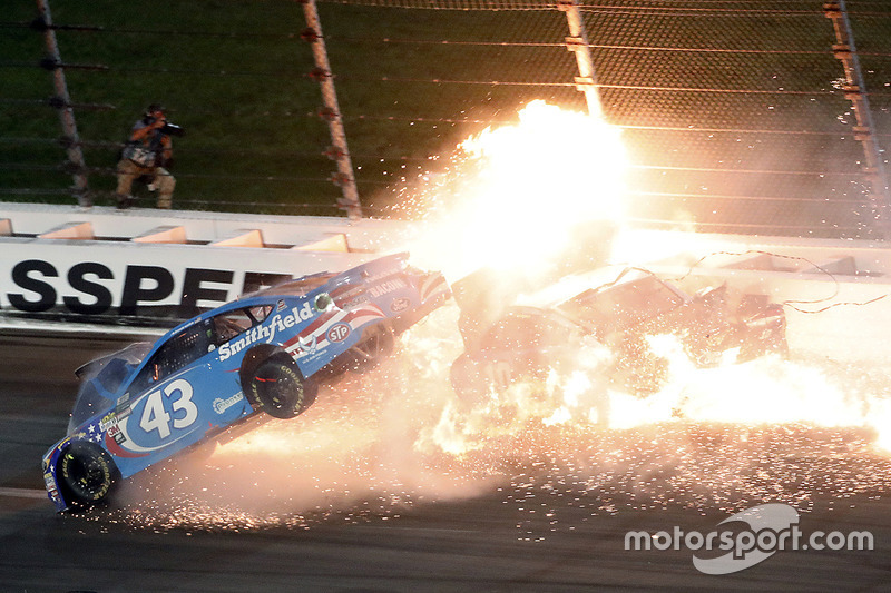 2. Aric Almirola, Richard Petty Motorsports Ford, Danica Patrick, Stewart-Haas Racing Ford, Joey Logano, Team Penske Ford, in un tremendo incidente