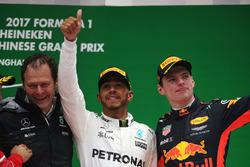 Подиум: глава инженерного департамента Mercedes AMG F1 Альдо Коста, победитель Льюис Хэмилтон, Mercedes AMG F1, и обладатель третьего места Макс Ферстаппен, Red Bull Racing
