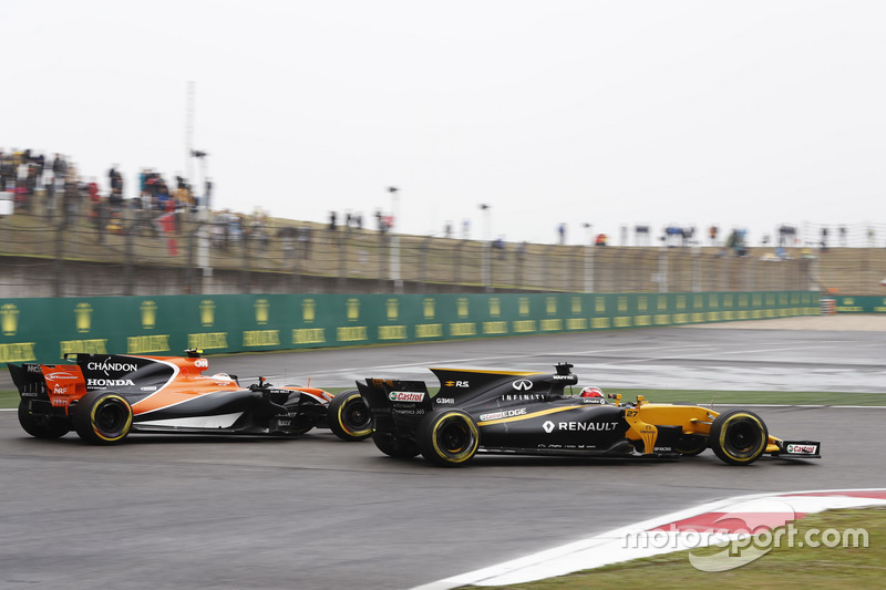 Nico Hulkenberg, Renault Sport F1 Team RS17, leads Stoffel Vandoorne, McLaren MCL32