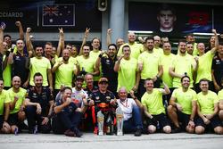 Yarış galibi Max Verstappen, Red Bull Racing ve 3. Daniel Ricciardo, Red Bull Racing, Christian Horner, Takım Patronu, Red Bull Racing, Helmut Marko, ve takım
