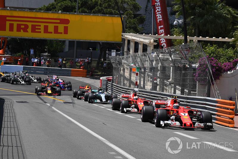 Kimi Raikkonen, Ferrari SF70-H leads at the start of the race