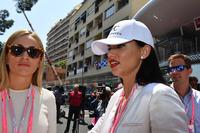 Адріана Ліма, модель та Кармен Хорда, пілот по розвитку Renault Sport F1 Team RS17