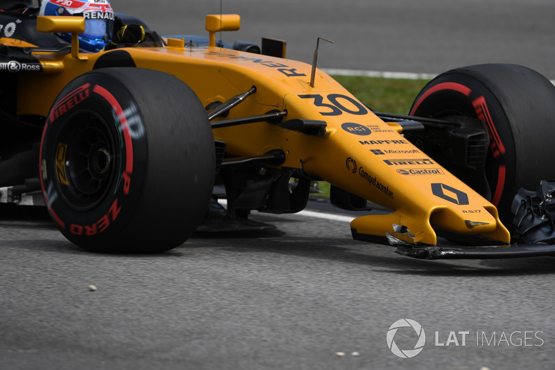 Jolyon Palmer, Renault Sport F1 Team RS17, broken front wing in FP3