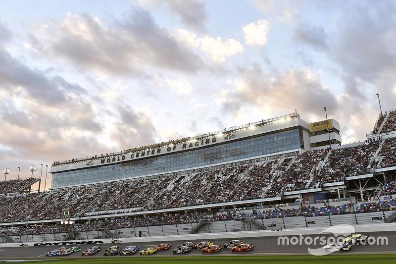 Elliott Sadler, JR Motorsports, Chevrolet; Brad Keselowski, Team Penske, Ford