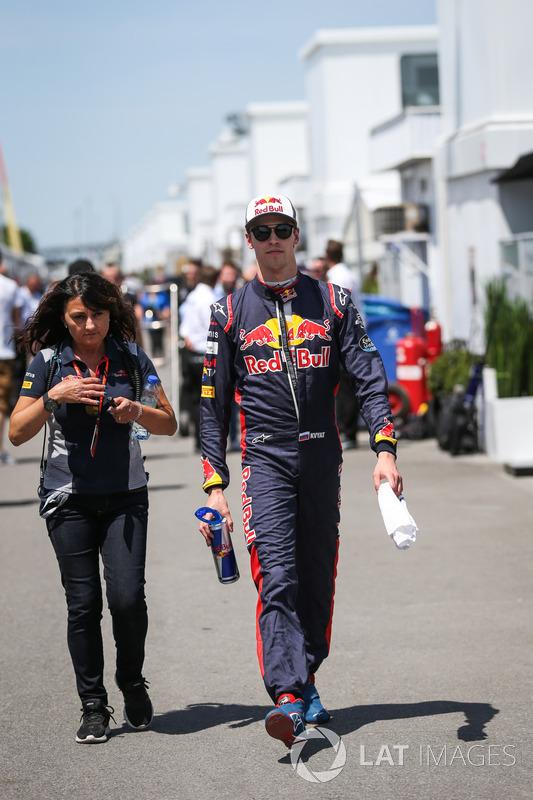 Гонщик Scuderia Toro Rosso Даниил Квят и пресс-атташе команды Фабиана Валенти