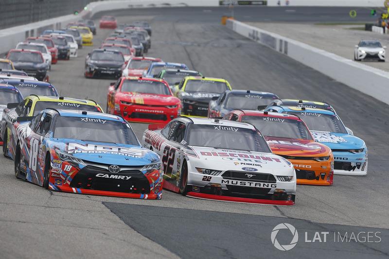 Kyle Busch, Joe Gibbs Racing Toyota Brad Keselowski, Team Penske Ford