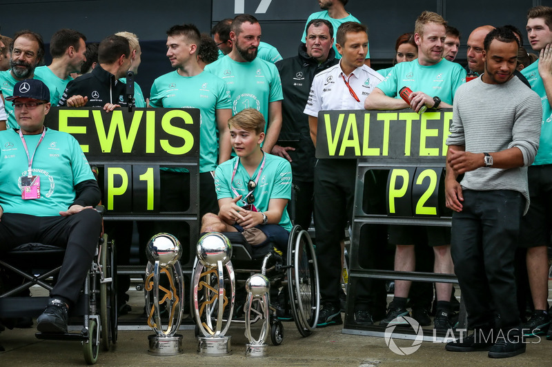 Billy Monger, celebrar el hermano Nicolas Hamilton del Mercedes AMG F1 Lewis Hamilton, con el equipo