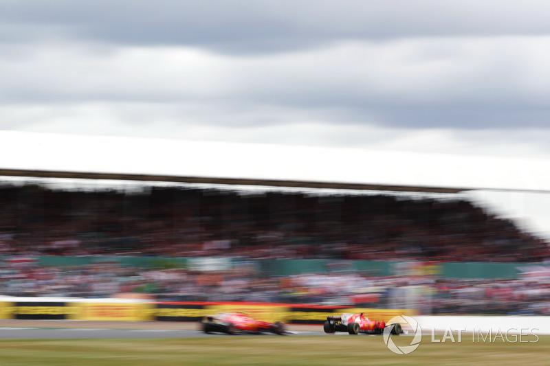 Sebastian Vettel, Ferrari SF70H, con chispas y  un pinchazo por delante de Kimi Raikkonen, Ferrari SF70H