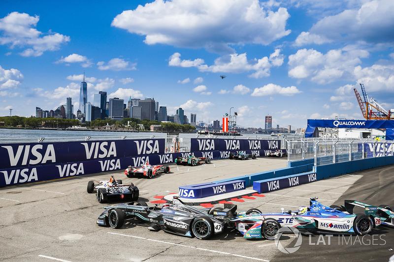 Antonio Felix da Costa, Amlin Andretti Formula E Team, hits Adam Carroll, Jaguar Racing