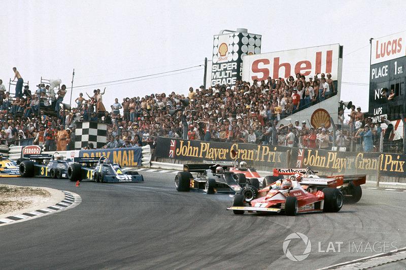 Clay Regazzoni, Ferrari 312T2, James Hunt, McLaren M23 crash as Niki Lauda, Ferrari 312T2