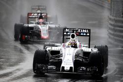 Felipe Massa, Williams FW38, lidera a Romain Grosjean, Haas VF-16 Ferrari