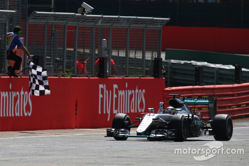 Ganador de la carrera Lewis Hamilton, Mercedes AMG F1 W07 toma la bandera a cuadros