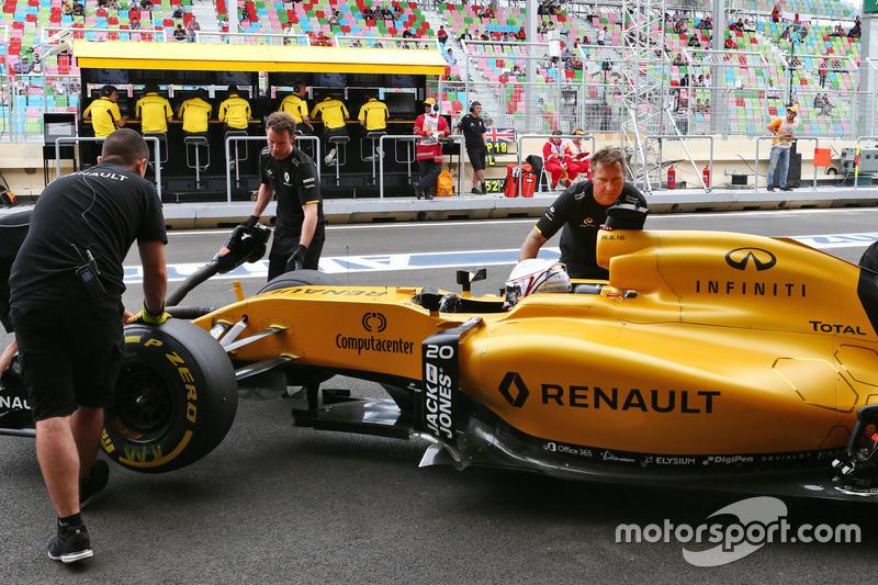 Kevin Magnussen, Renault Sport F1 Team RS16 en pits