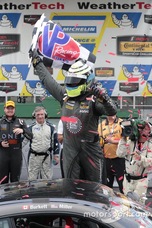 I vincitori della gara #33 CJ Wilson Racing Porsche Cayman GT4: Daniel Burkett, Marc Miller