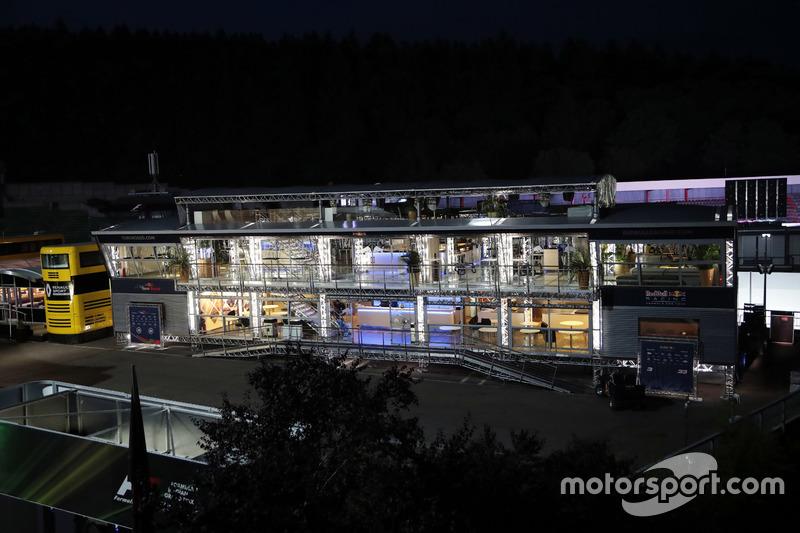 La Red Bull Energy Station di notte