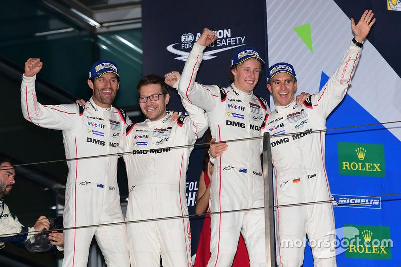 المنصة: الفائز بالسباق رقم 1 فريق بورشه 919 الهجينة: تيمو بيرنهارد، مارك ويبر، برندون هارتلي