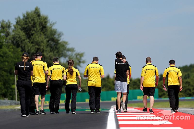 Jolyon Palmer, Renault Sport F1 Team walks the circuit with the team