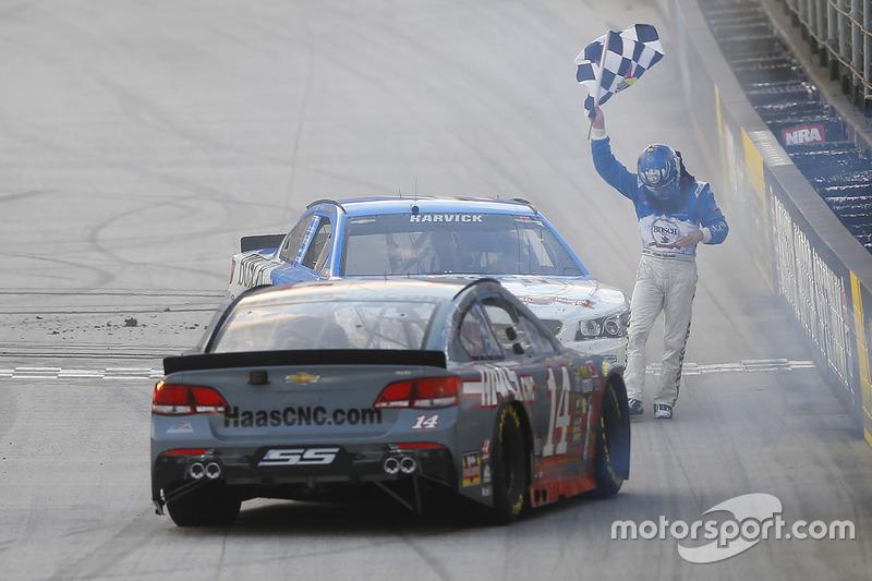 Il vincitore della gara Kevin Harvick, Stewart-Haas Racing Chevrolet festeggia con Tony Stewart, Stewart-Haas Racing Chevrolet
