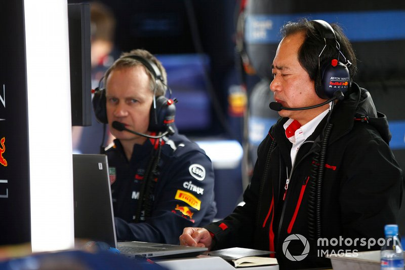 Un membro del team Honda nel garage Red Bull Racing