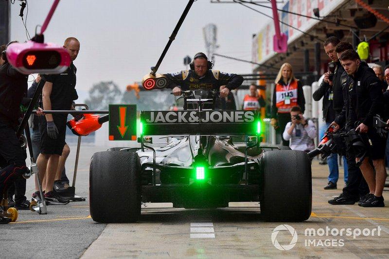 Romain Grosjean, Haas F1 Team VF-19 Ferrari, pit stop