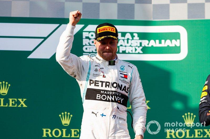 El ganador Valtteri Bottas, Mercedes AMG F1 celebra en el podio
