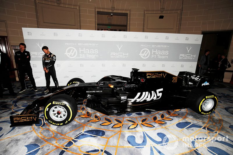 Guenther Steiner, Team Principal, Haas F1 and Romain Grosjean, Haas F1 Team, Haas F1 Team unveil the new livery on the Haas F1 Team VF-18