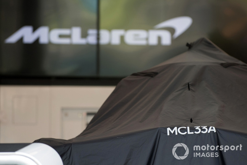 Una McLaren MCL33 coperta nel garage