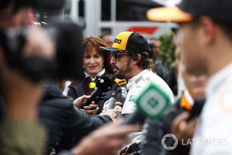Fernando Alonso, McLaren, et Stoffel Vandoorne, McLaren, parlent aux médias