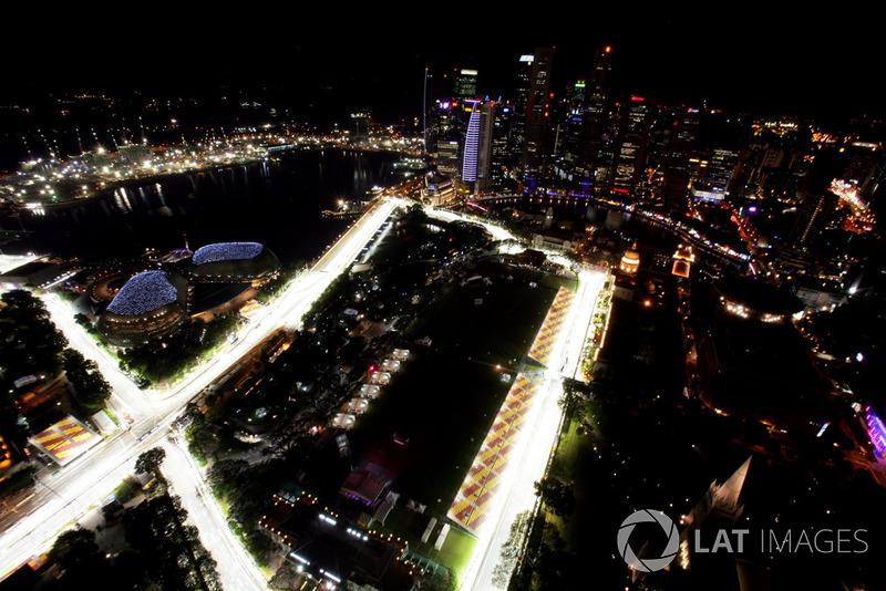 Гран При Сингапура выглядел новым лицом Формулы 1, затмевающим даже Монако: ночь, завораживающий свет софитов и великолепная современная архитектура создавали новый, ранее невиданный антураж для гонок