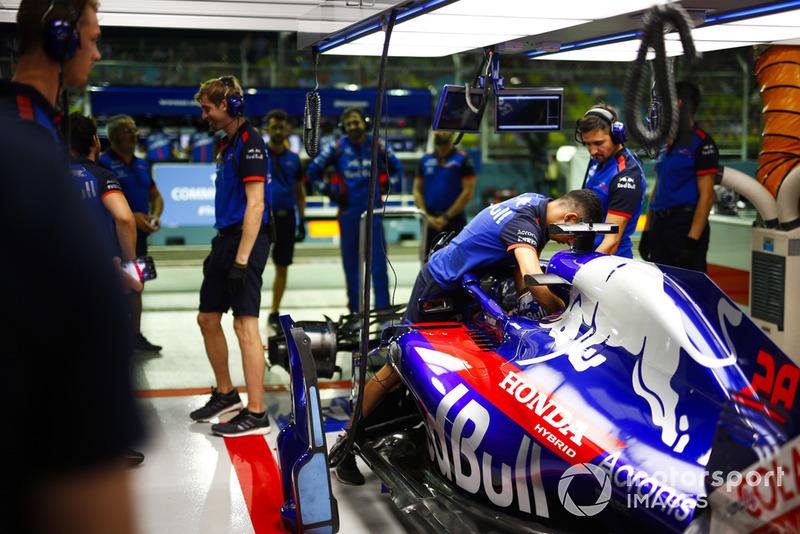 Um mecânico prende os cintos em Brendon Hartley, Toro Rosso STR13