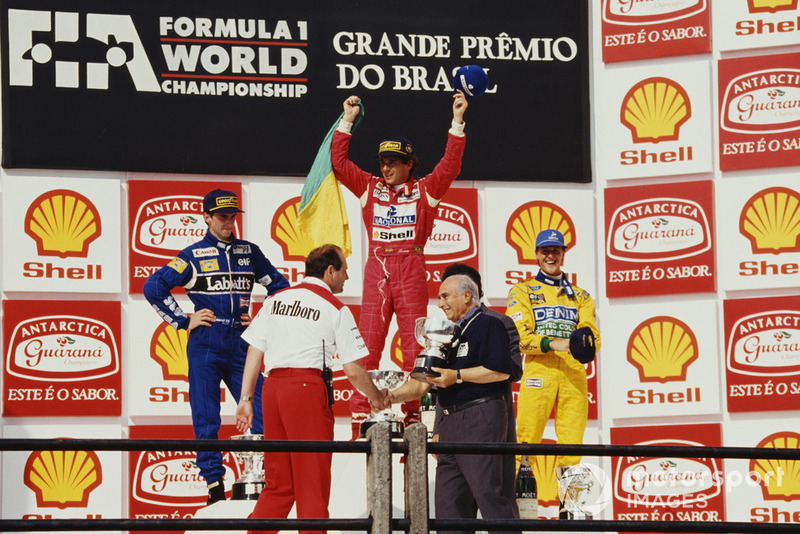 Ayrton Senna, McLaren, sur le podium avec Damon Hill, Williams, et Michael Schumacher, Benetton, et Juan Manuel Fangio offre le trophée constructeurs à Ron Dennis