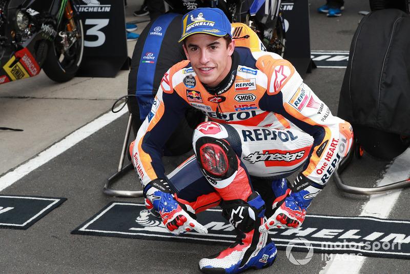 Володар поул-позиції Марк Маркес, Repsol Honda Team, у чоботах та рукавицях Міка Дуена