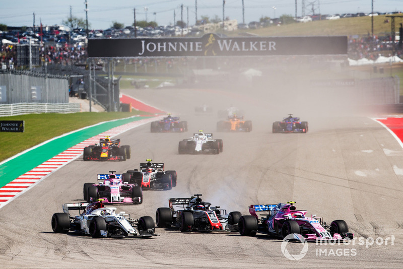 Esteban Ocon, Racing Point Force India VJM11, lotta con Charles Leclerc, Sauber C37, e Romain Grosjean, Haas F1 Team VF-18, davanti a Sergio Perez, Racing Point Force India VJM11, Kevin Magnussen, Haas F1 Team VF-18, e il resto del gruppo, alla partenza