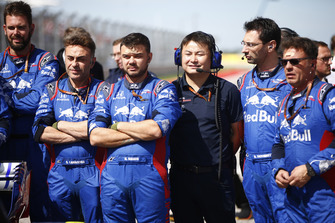 Toro Rosso Honda mechanics and engineers on the grid