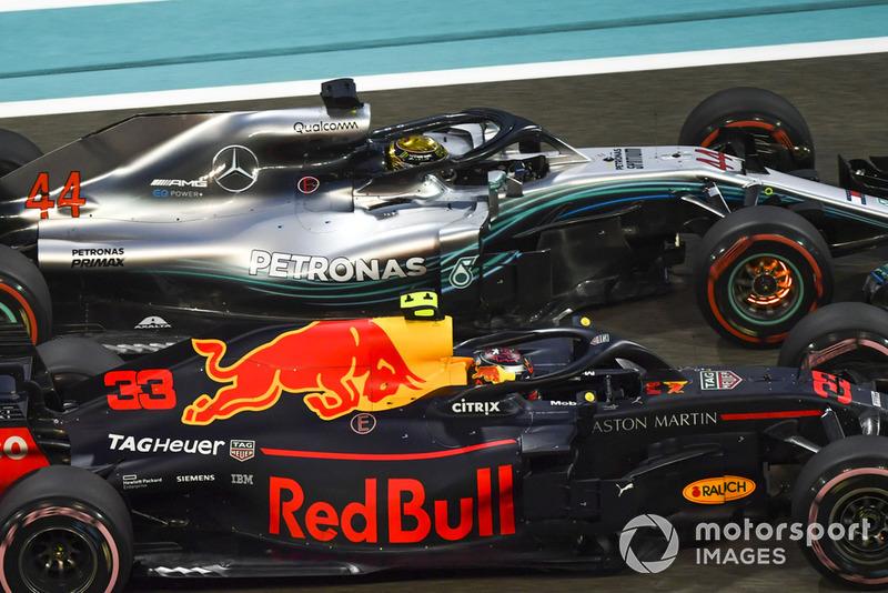 Lewis Hamilton, Mercedes-AMG F1 W09 con frenos encendidos y Max Verstappen, batalla de Red Bull Racing RB14