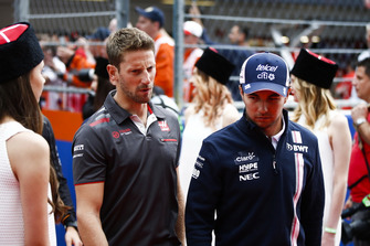Romain Grosjean, Haas F1 Team, parla con Sergio Perez, Racing Point Force India