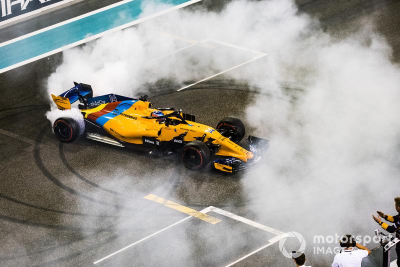 Fernando Alonso, McLaren MCL33, fait des donuts sur la grille