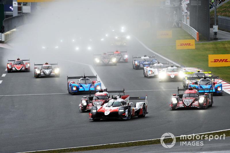 #8 Toyota Gazoo Racing Toyota TS050: Sebastien Buemi, Kazuki Nakajima, Fernando Alonso, leads at the start