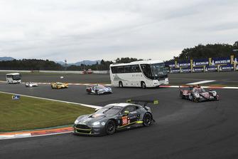 #98 Aston Martin Racing Aston Martin Vantage: Paul Dalla Lana, Pedro Lamy, Mathias Lauda y el autobús safari en pista
