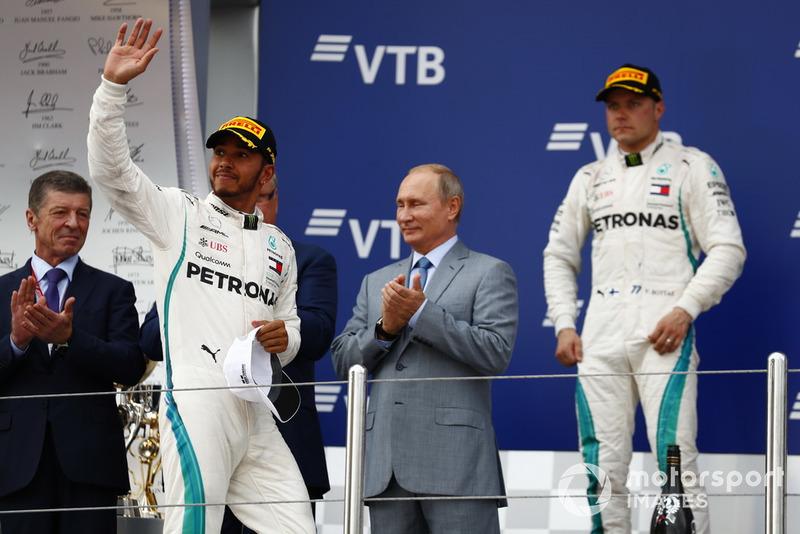 Podio: ganador de la carrera Lewis Hamilton, Mercedes AMG F1, y segundo lugar Valtteri Bottas, Mercedes AMG F1