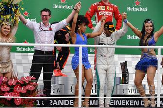 (L naar R): Andrew Shovlin, Chief Race Engineer, Mercedes AMG F1 en winnaar Lewis Hamilton, Mercedes AMG F1 dansen op het podium