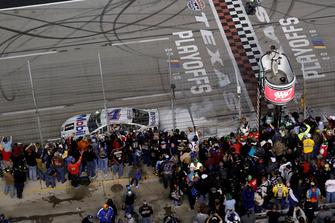 Il vincitore della gara Kevin Harvick, Stewart-Haas Racing, Ford Fusion Mobil 1