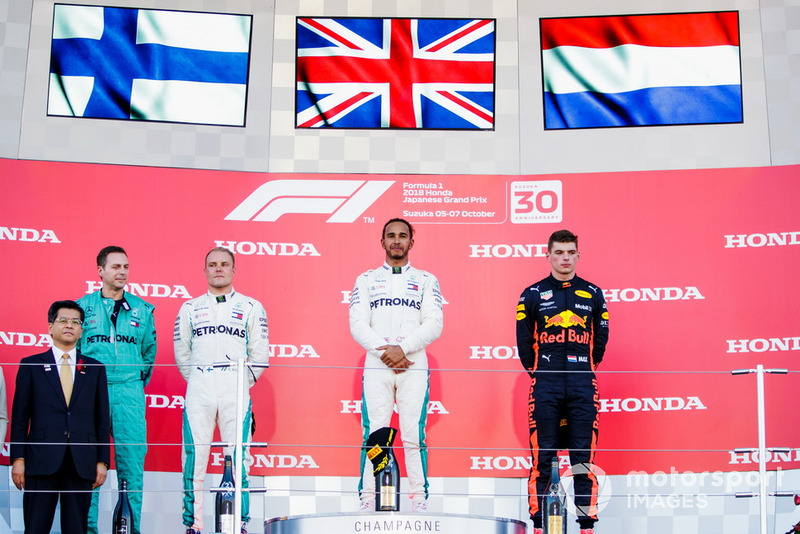 Il secondo classificato Valtteri Bottas, Mercedes AMG F1, il vincitore della gara Lewis Hamilton, Mercedes AMG F1, e il terzo classificato Max Verstappen, Red Bull Racing, sul podio