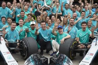 Lewis Hamilton, Valtteri Bottas, Toto Wollf, Mercedes AMG F1 con il team