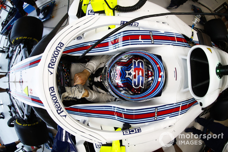 Sergey Sirotkin, Williams Racing, ajuste ses gants dans le cockpit