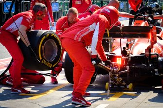 L'équipe Ferrari durant un arrêt au stand