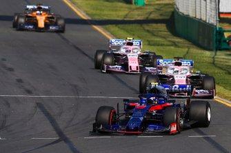 Alexander Albon, Toro Rosso STR14, precede Sergio Perez, Racing Point RP19, e Lance Stroll, Racing Point RP19
